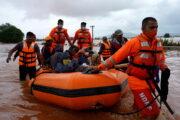 Число жертв наводнений и оползней в Индии достигло 164: Общество: Мир: Lenta.ru