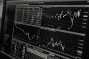 Названы рискующие исчезнуть валюты