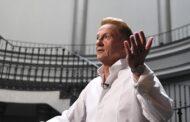 Директор Театра Вахтангова объяснил многомиллионные заработки Олега Меньшикова: Театр: Культура: Lenta.ru