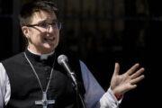 Епископом церкви в США впервые стал трансгендер: Общество: Мир: Lenta.ru