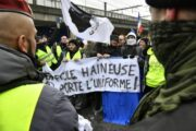 В Париже вновь проходят протесты против санитарных пропусков