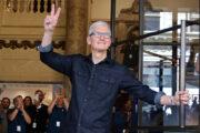 Глава Apple получил акции компании насотни миллионов долларов